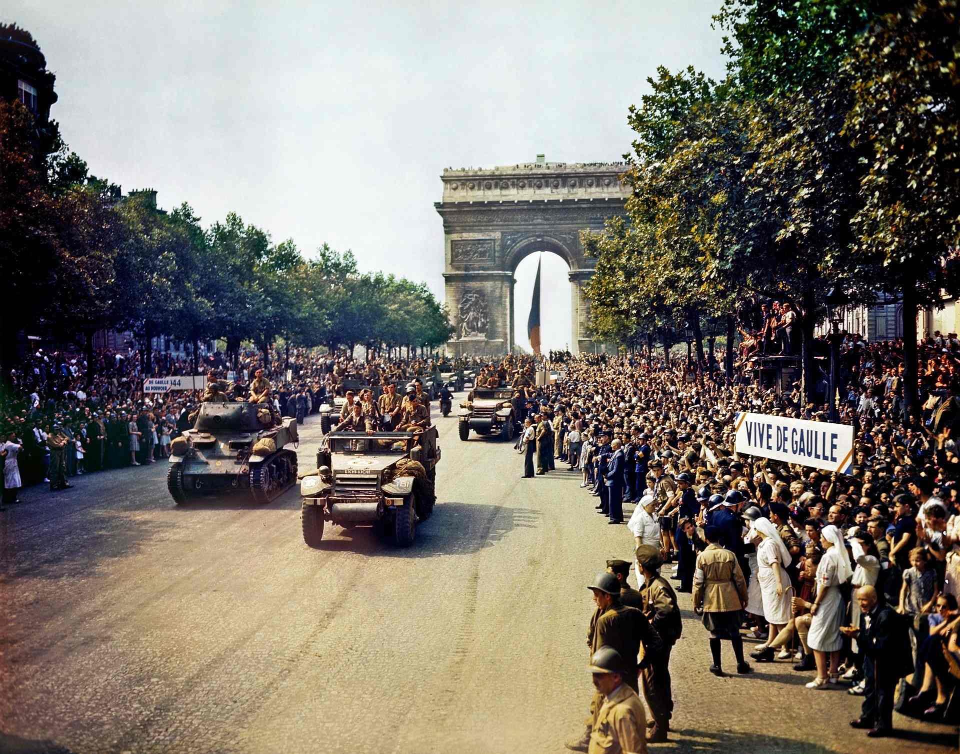 Défilé militaire du1j4 Juillet avec le Général de Gaulle en 1945
