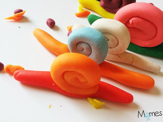 Des escargots en pâte à modeler
