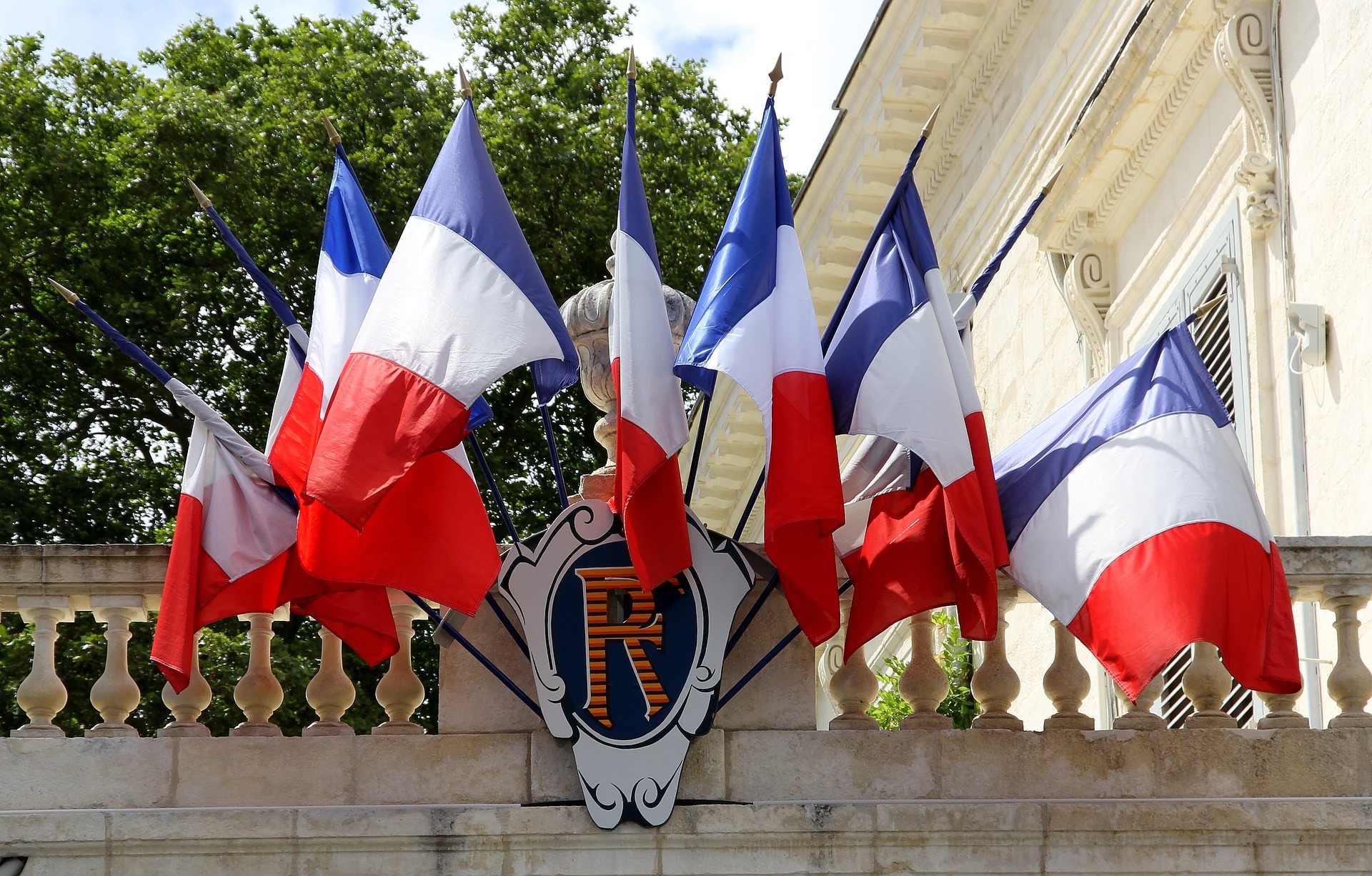 Drapeaux tricolores sur un bâtiment public