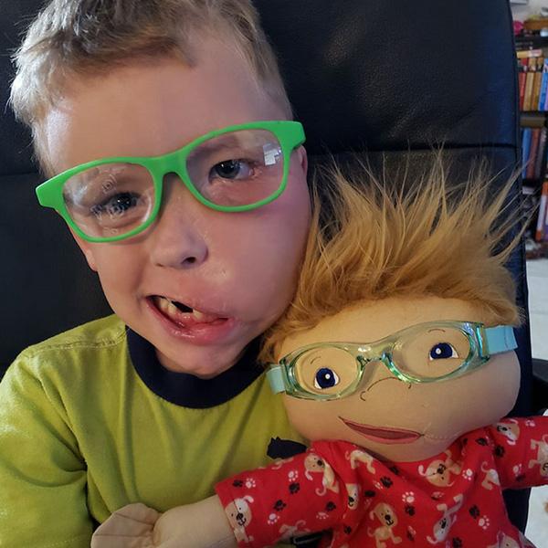 Elle crée des poupées à l'image des enfants handicapés