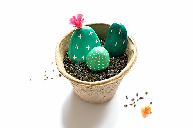 Fabriquer-des-galets-cactus-en-pots
