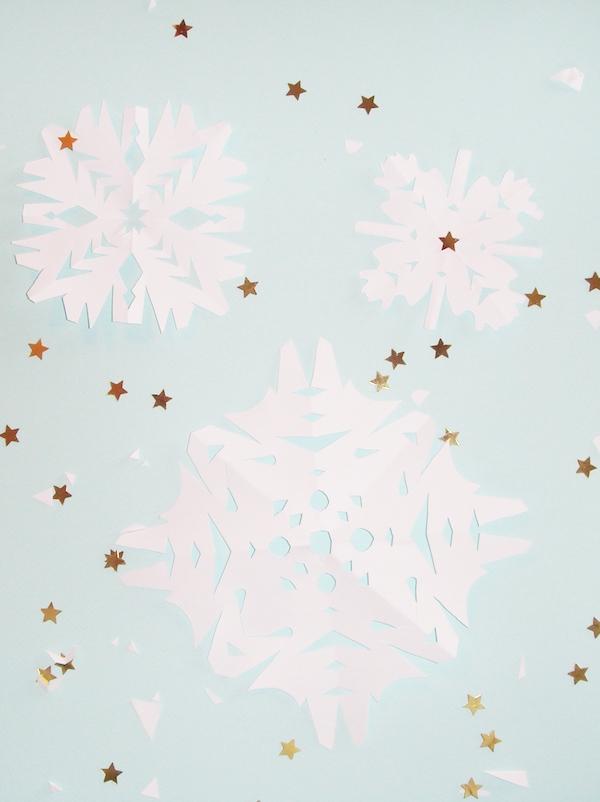 Fabriquer un flocon de neige en papier