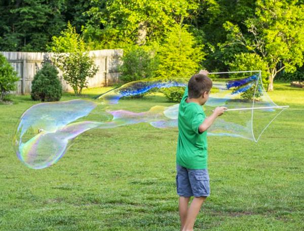 Faire des bulles de savons géantes