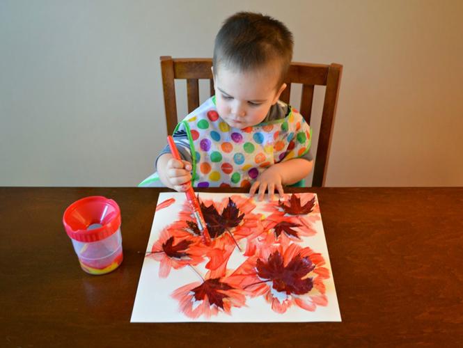 Faire l'empreinte des feuilles avec de la peinture