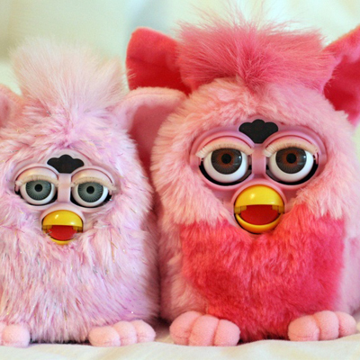 sam battle fait chanter des furbys