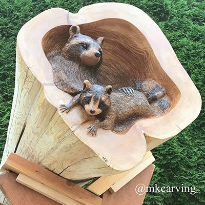 Il transforme des troncs d'arbres en sculptures d'animaux extraordinaires