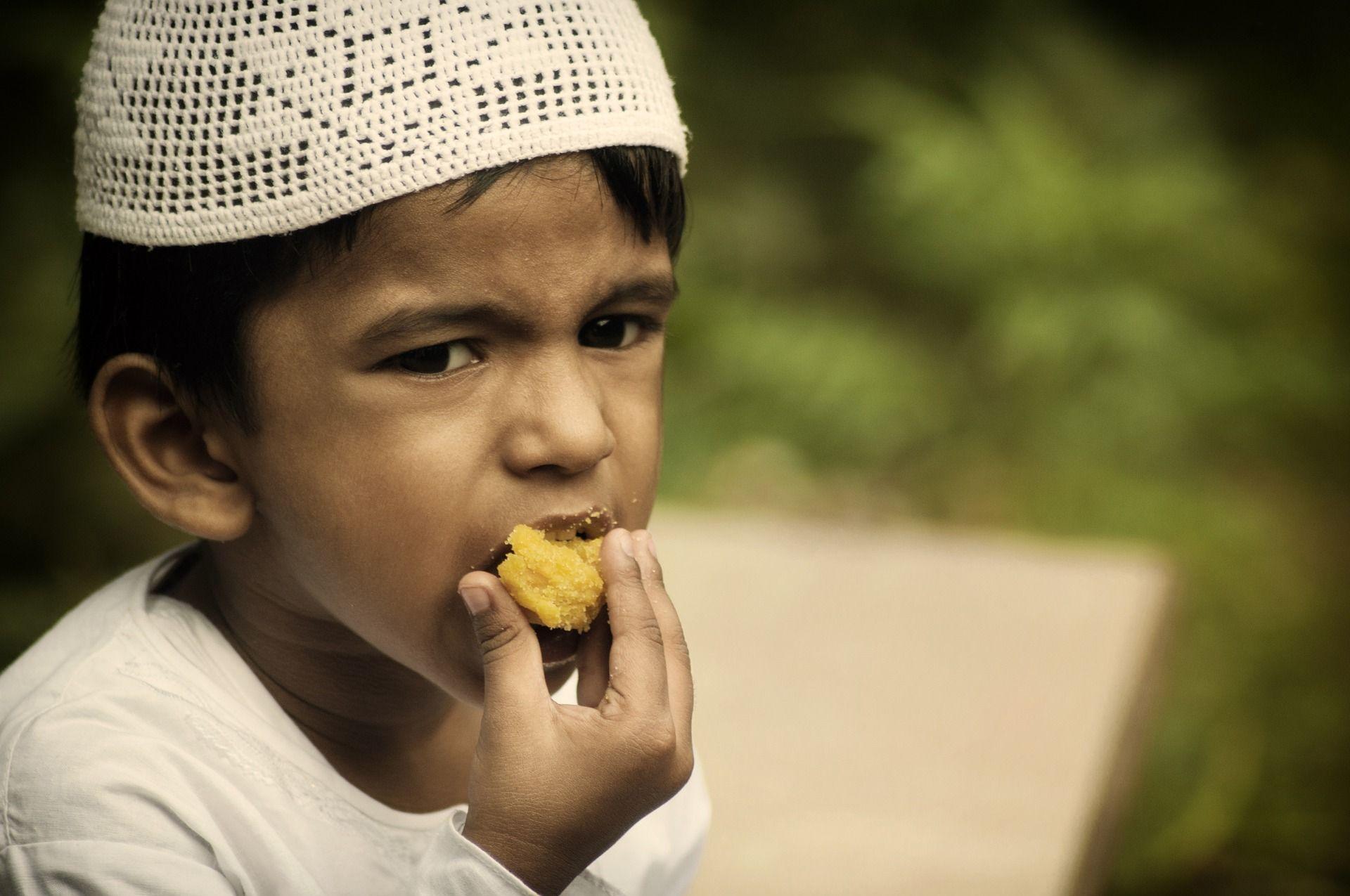 Jeune garçon qui mange