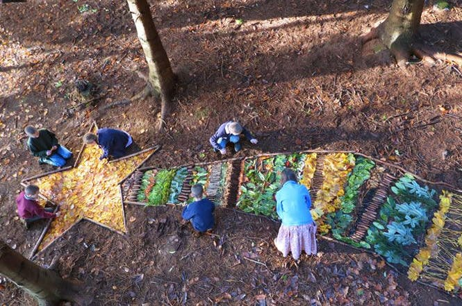 land art enfant foret