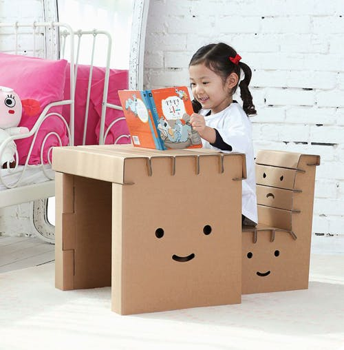Le bureau et sa chaise en carton