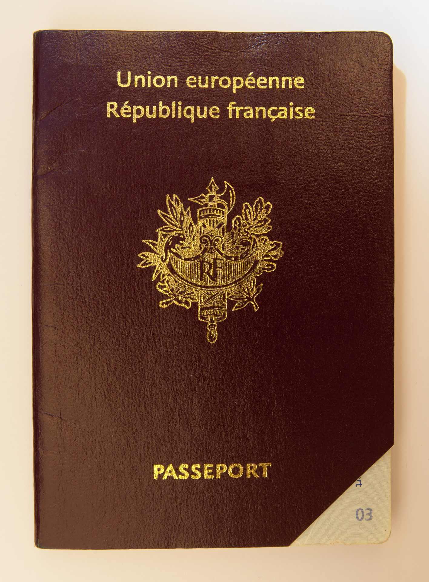 Le faisceau du licteur sur un passeport français
