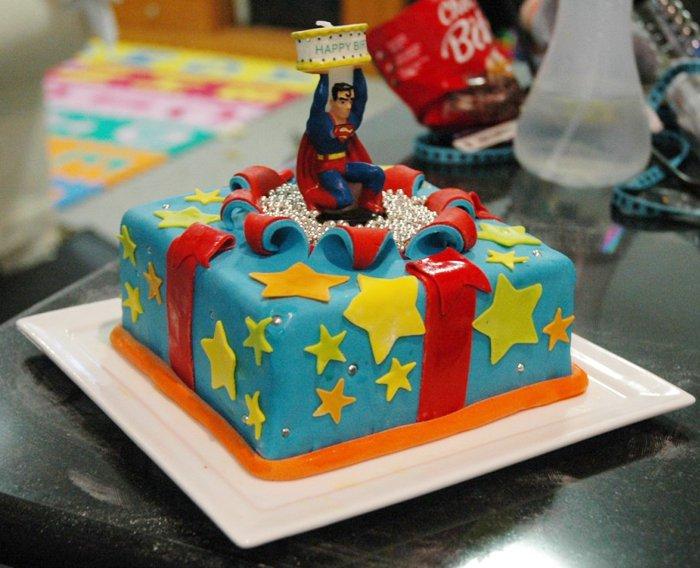Le gateau d 39 anniversaire superman - Jeux de decoration de gateau ...
