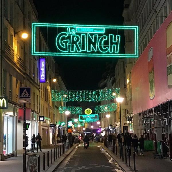 Le Grinch détourne les décorations de Noël à Paris !