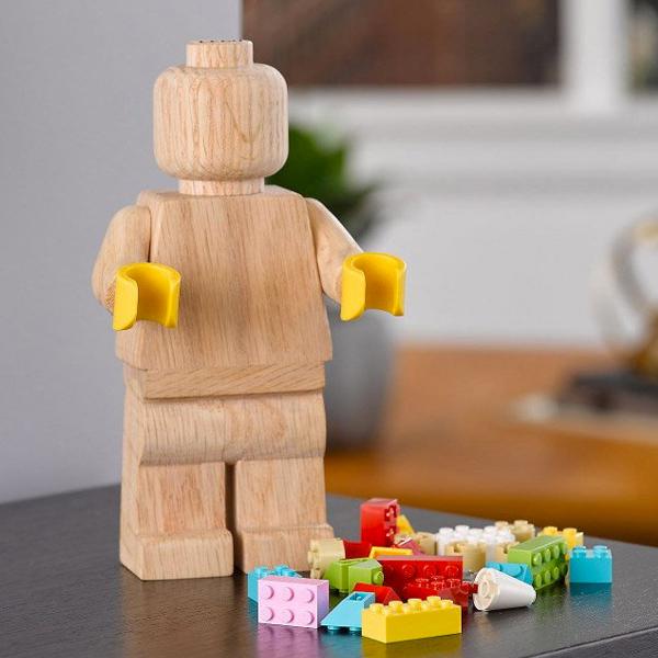 Lego lance une figurine géante en bois à personnaliser