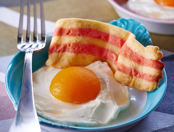 Les oeufs au plat et tranche de bacon en trompe l'oeil
