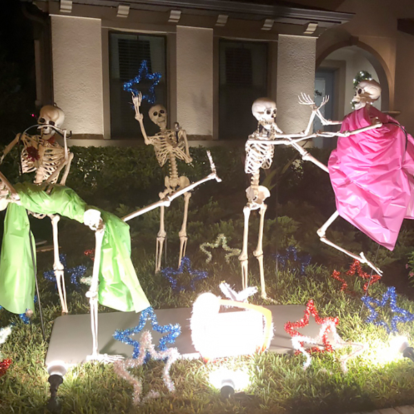 Les squelettes d'Halloween de ses voisins racontent chaque jour une nouvelle histoire !