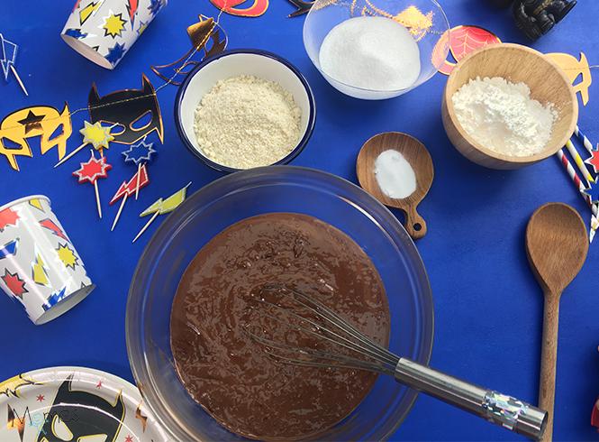 mélange ingrédients liquide gâteau supers héros