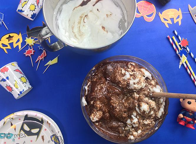 mélange ingrédients suite gâteau supers héros