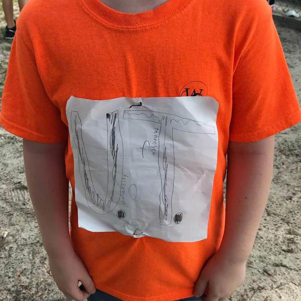 enfant petit garçon moqueries école T-shirt Universite du Tenesee fait-maison harcèlement scolaire