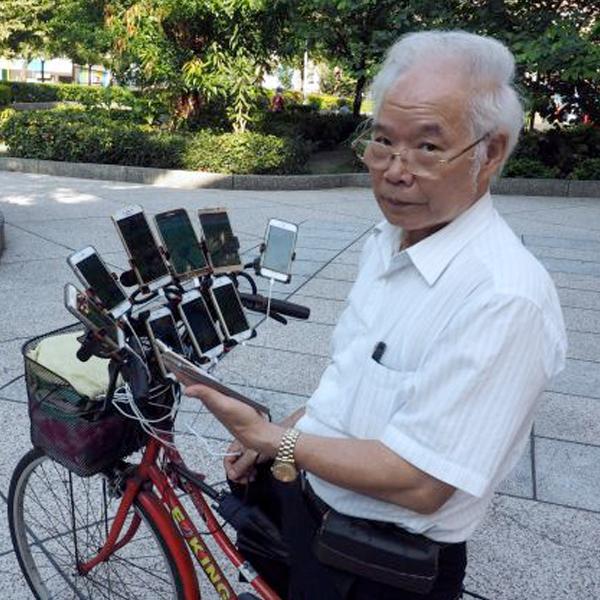 Pokémon Go 70 ans grand-père fan 11 téléphones portables vélo