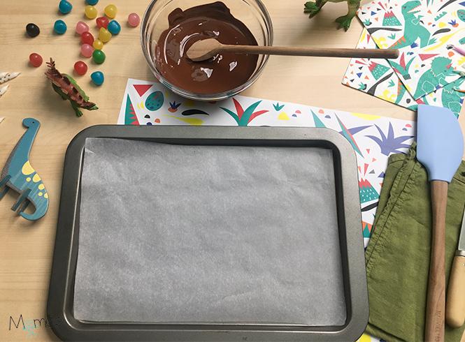 Préparation réalisation crête en chocolat gâteau Dino