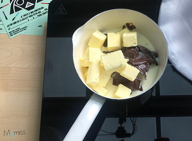 Réalisation glaçage chocolat gâteau astronaute