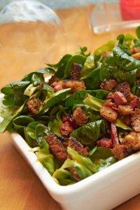 Salade aux croûtons et aux lardons