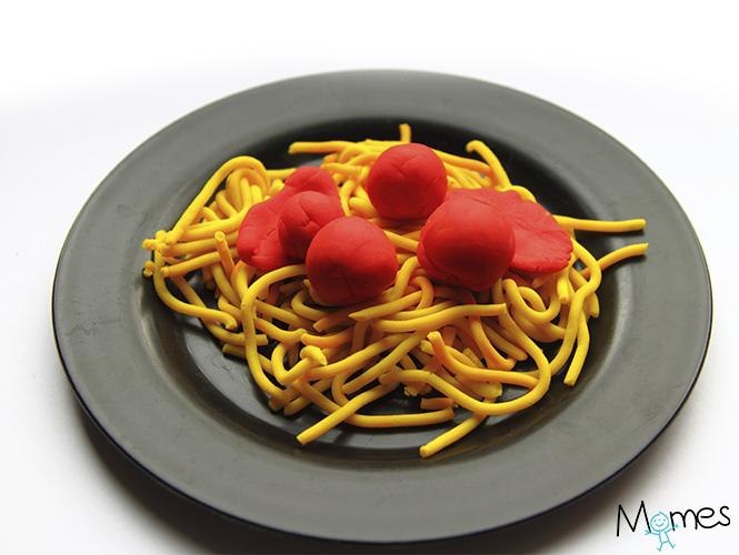 Spaghetti à la bolognaise en pâte à modeler