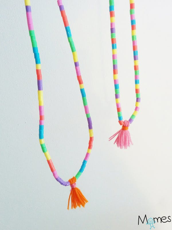 Un collier avec des perles à repasser et des pampilles en laine