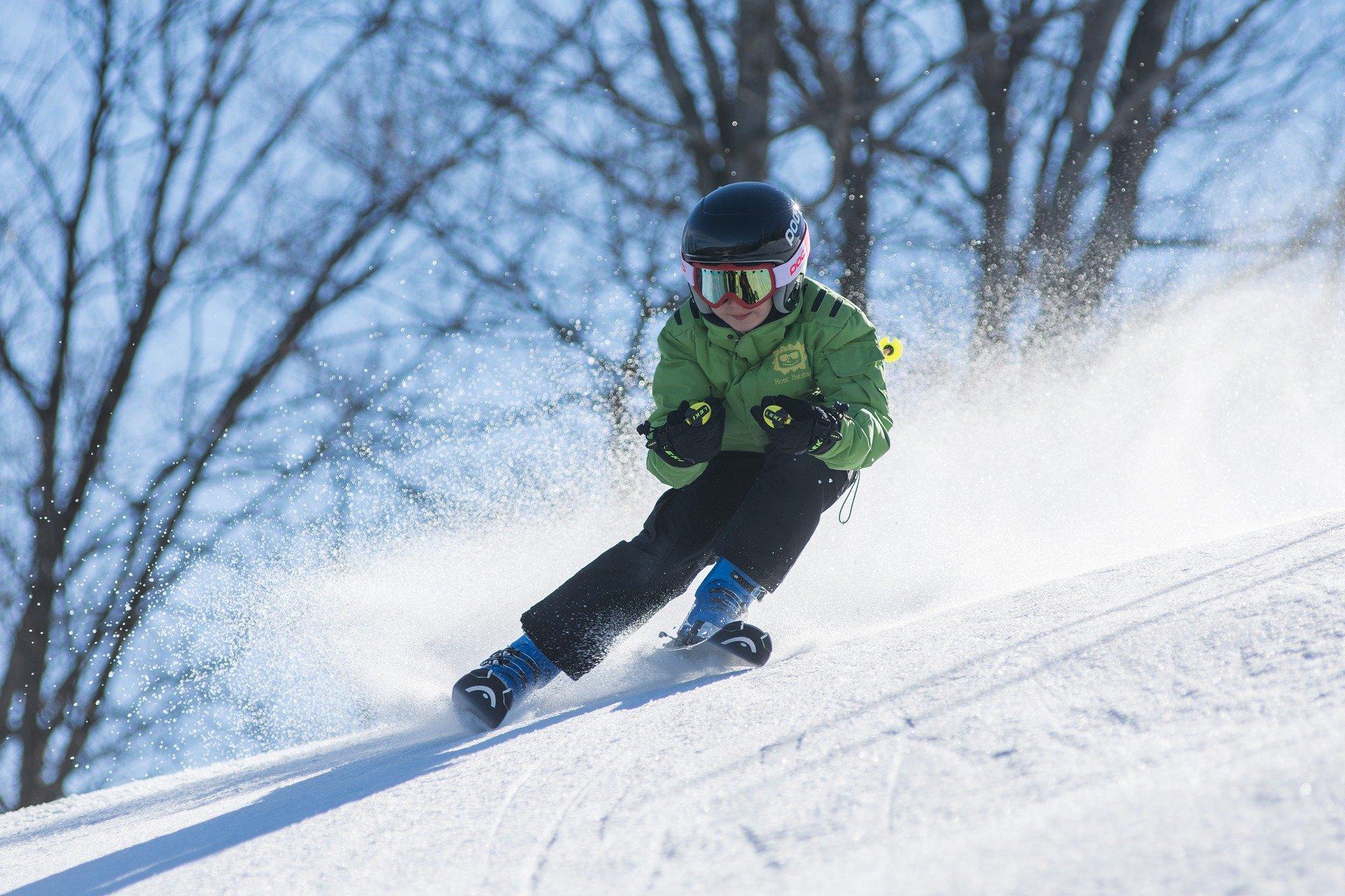 Un jeune garçon faisant du ski