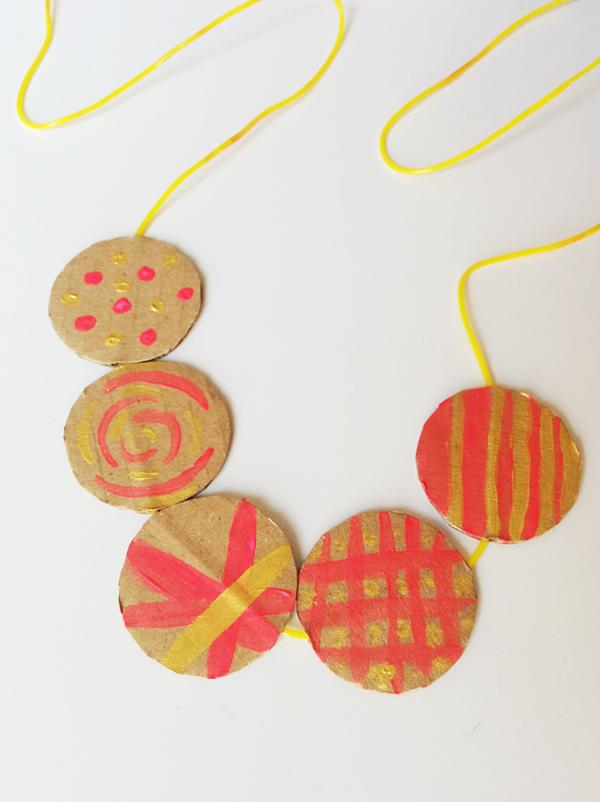 fabriquer un collier en carton