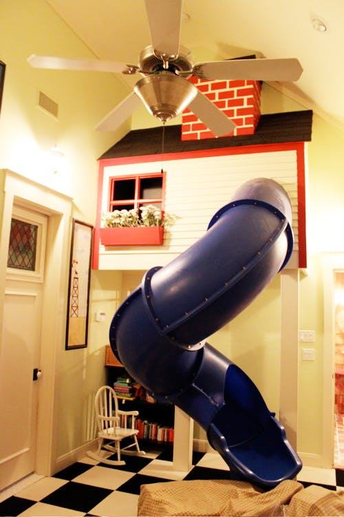 un toboggan dans la chambre. Black Bedroom Furniture Sets. Home Design Ideas