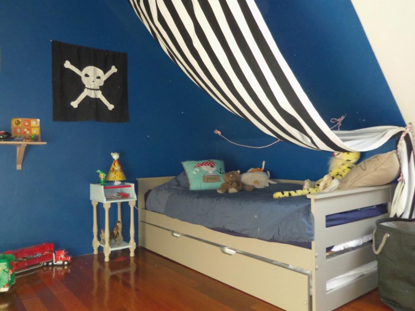 Une chambre accessoirisée avec du tissu