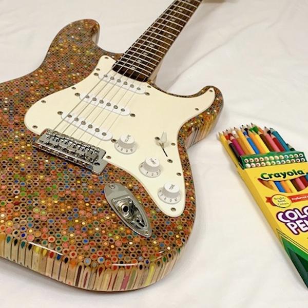guitare fender en crayons de couleur