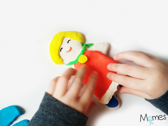 Une poupée à habiller en pâte à modeler