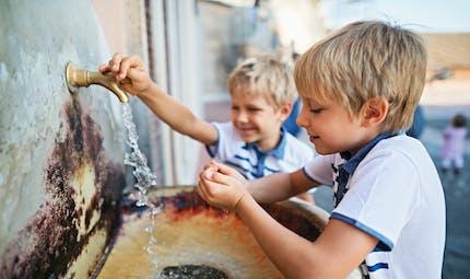 Eau du robinet, eau en bouteille... les bonnes pratiques de consommation