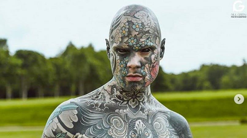 Instit en maternelle et homme le plus tatoué de France : il est accusé de faire peur aux enfants