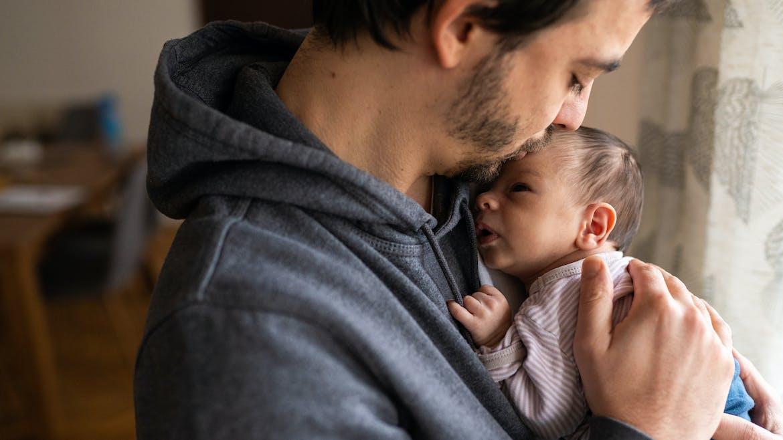 Congé paternité : les précisions du porte-parole du gouvernement