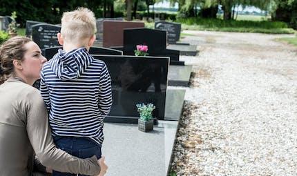 Un enfant de 6 ans reste toute une journée auprès de son père décédé