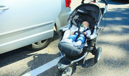 Distraite, une maman charge ses courses, la poussette contenant son bébé fonce dans un bus (vidéo)