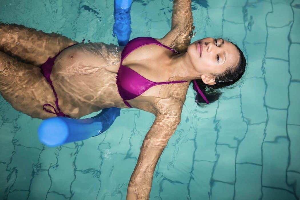 femme enceinte qui nage