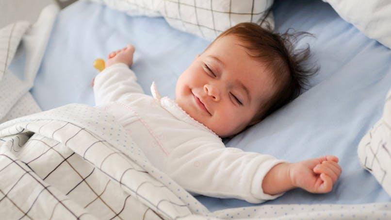 bébé endormi dans son lit