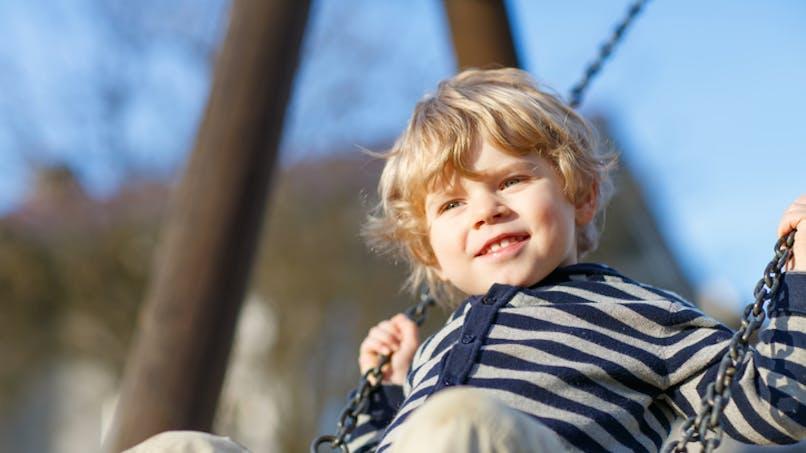 garçon sur une balançoire