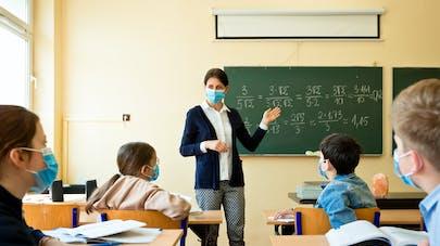 enseignante masquée