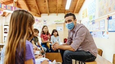 enseignant et enfants