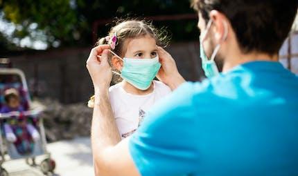 Une maman demande à sa fille de mettre un masque : découvrez son adorable réaction