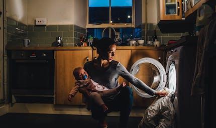 """""""J'ai laissé mon bébé dormir dans le panier à linge"""" : le témoignage déculpabilisant d'une maman dépassée par la maternité"""