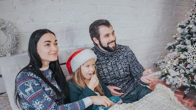 famille à noel devant la TV