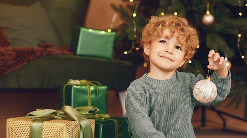 garçon devant arbre de Noel