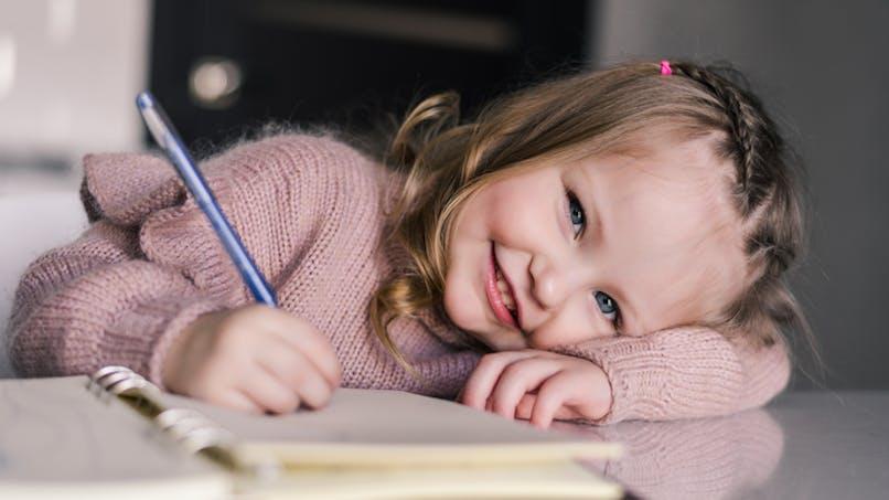 fillette fait devoirs