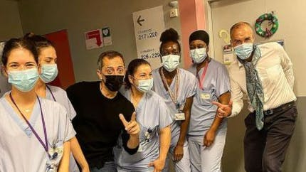 En visite dans un hôpital, Gad Elmaleh adresse un doux messages à des enfants malades
